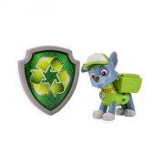 paw patrol figur - actionhvalp og badge - rocky - Figurer
